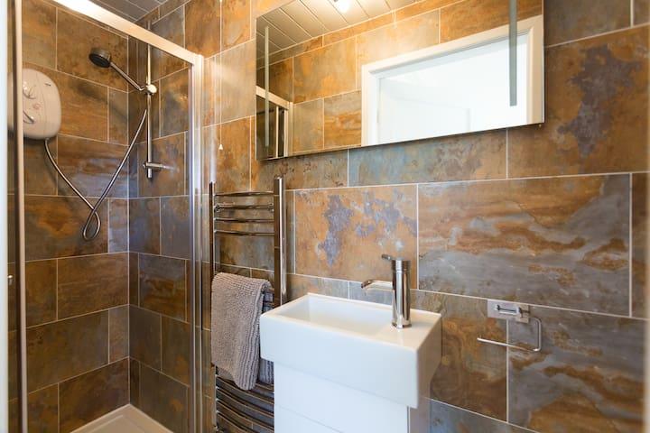 Bed 1 en-suite shower room