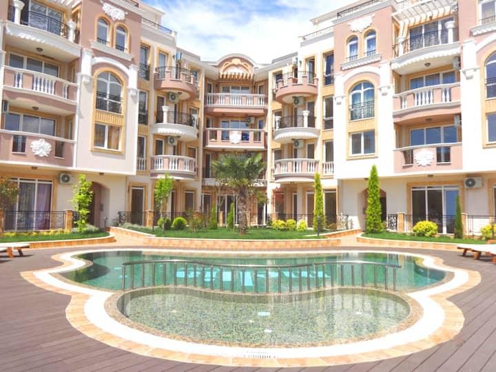 Апартаменты с духовкой в комплексе с бассейном