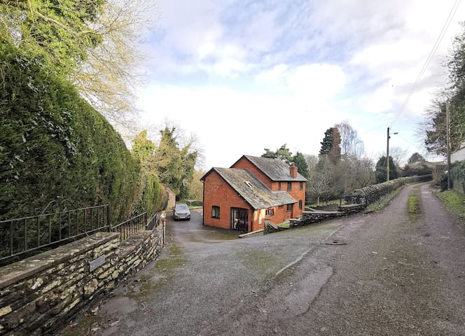 Lo-lands - Large family house in Kington