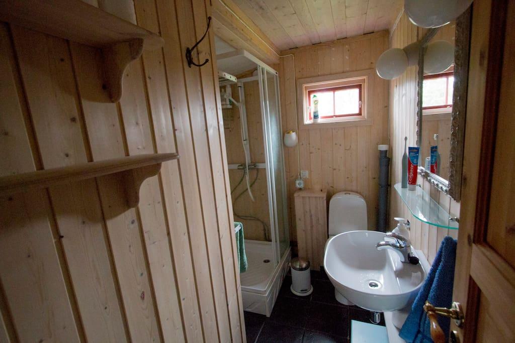 Bad med wc og behagelig dusj