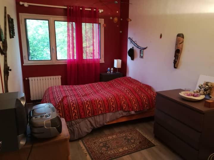Chambre calme sur jardin dans petite maison.