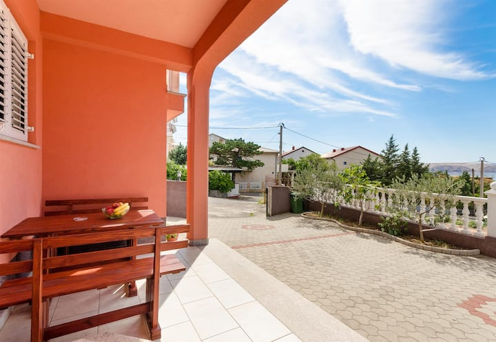 One bedroom Apartment, 200m from city center, seaside in Karlobag