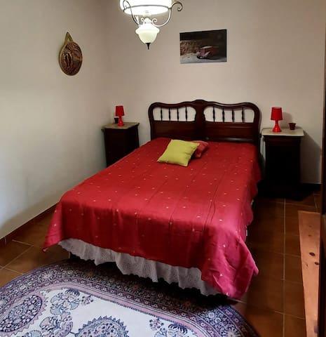 Chambre Van Gogh, un lit en 140.