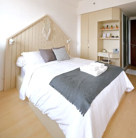 The cozy room features a queen bed (160cm x 200cm).