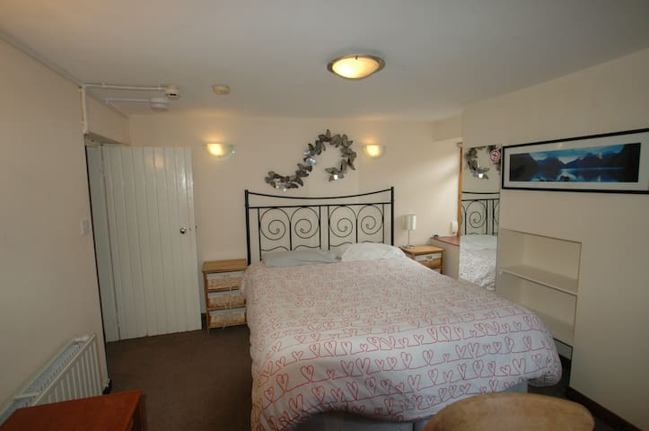 Double bed in apartment, Close to Tring town.
