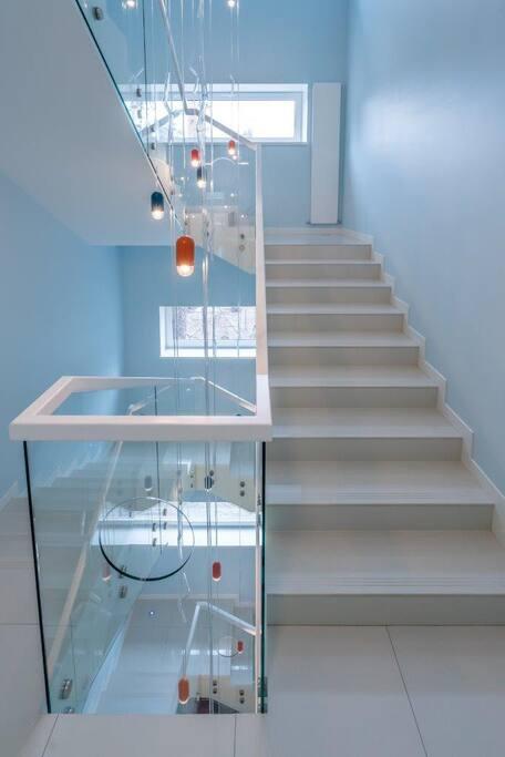 Светлая лестница с энергичным освещением.