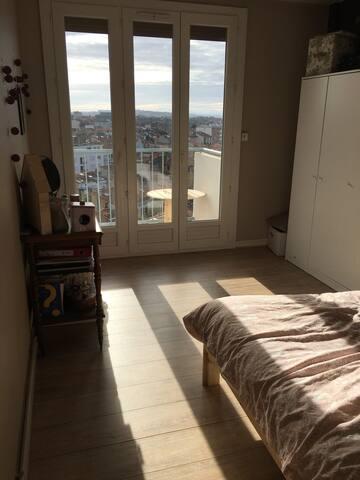 Chambre avec vue sur toulouse et balcon