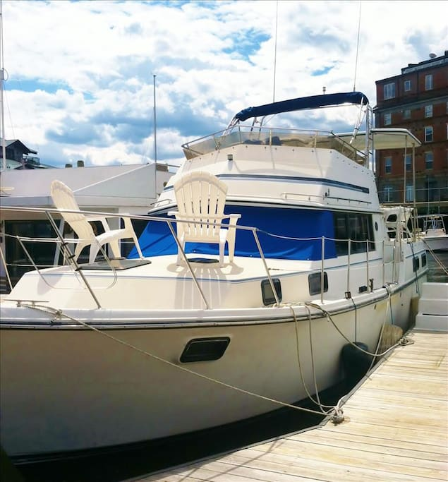 Lola budget friendly floating suite in downtown boston for Motor boat rental boston