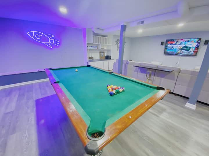 ֍The Strata֎ 4000 SQ Feet, 6 BR, Pool Table