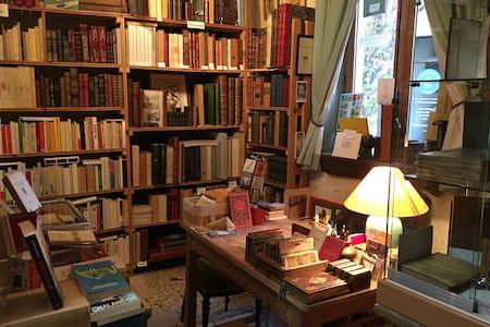 Gite librairie Centrale Sleep in a bookshop