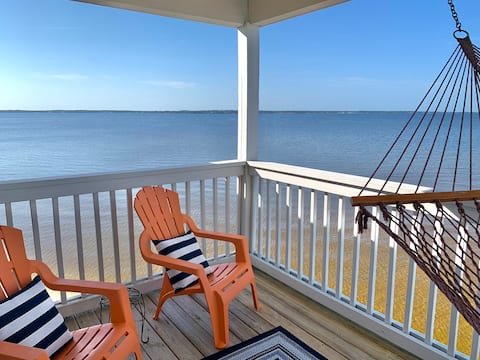 Seaclusion: Calming Waterfront Unit with 2 Kayaks!