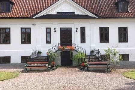 Kulltorps gård, anrik herrgård vid vacker sjö
