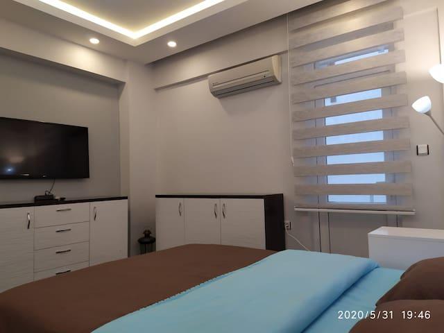 Yatak odasında 106 ekran smart tv, klimalı