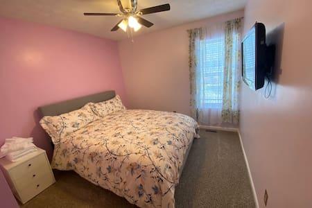 Queen bedroom in Alpharetta