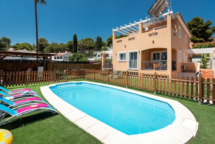 Luxury villa for 13, heated pool, Jacuzzi, van...