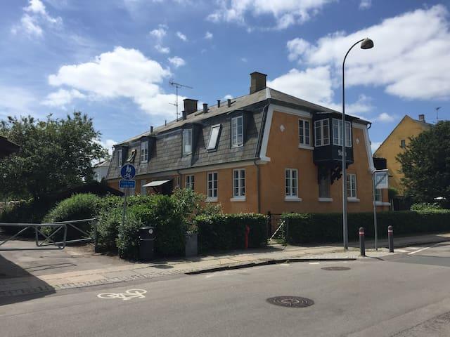 Unik villalejlighed med udsigt over Hellerup Havn - Hellerup - Apartment