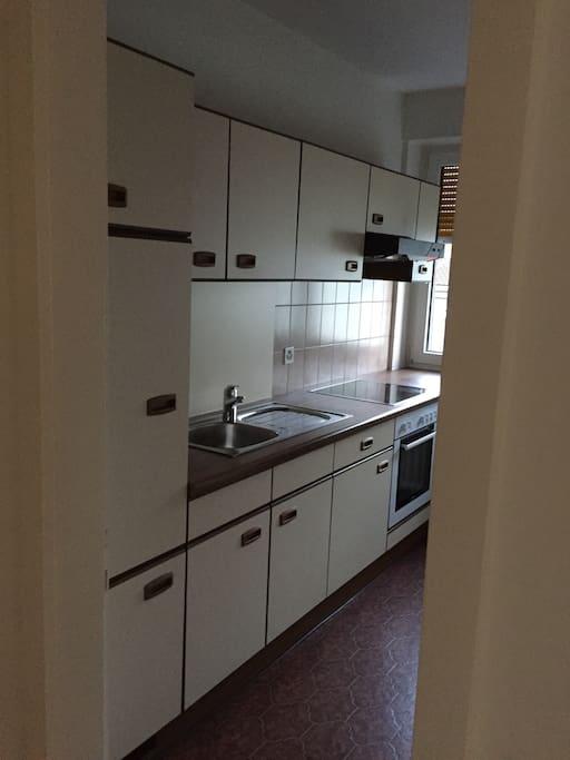 Die Küche sehr hell und sauber.