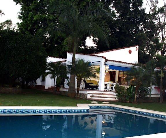 Villa LAMBERTO. Hermoso Jardín a 80 km de CDMX.