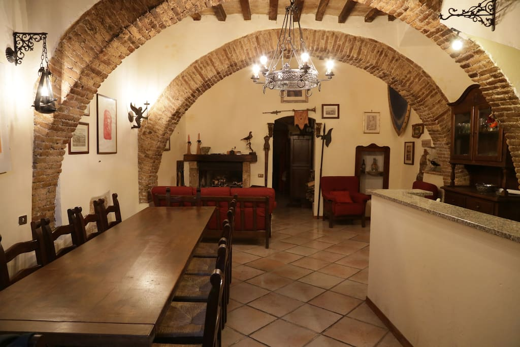 Sulla destra l'angolo cucina. On the right the kitchen