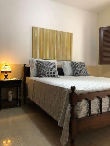 Quarto casal cama King com decoração campestre e itens holandeses na decoração. Móveis de madeira de lei produzidos na Suíça.
