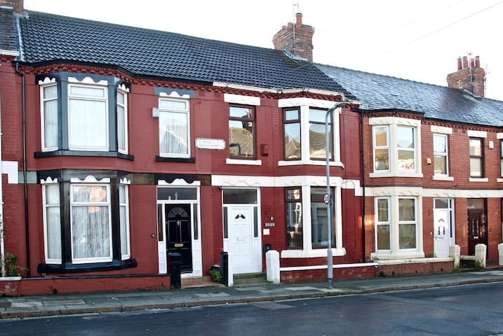 4 bed Entire house - Close to city centre CC1