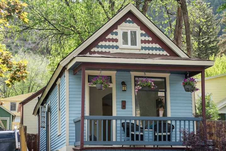 Charming Miner's Cottage in Downtown, Walk to Pool