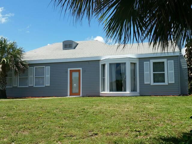 Cozy house across the street from the beach - Daytona Beach - Lägenhet