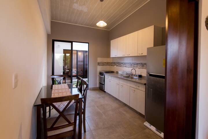 Kitchen + dining room Cocina + comedor