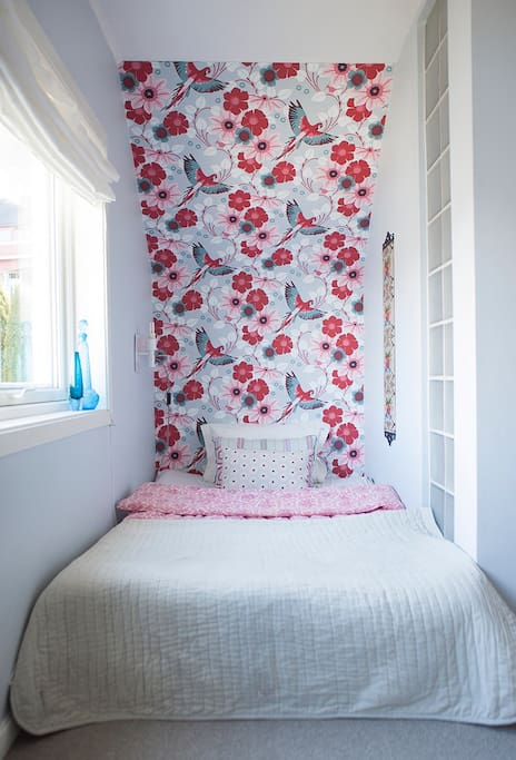 The double parrot room. A fit space with a 120 cm wide matress. A cosy room.