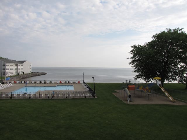 Lake Erie Waterfront Condo w/ Pool & Private Beach - Port Clinton - Flat