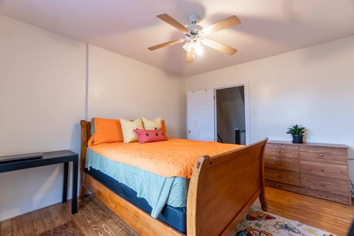 Fantastic Location in Allentown Queen Size Bed!