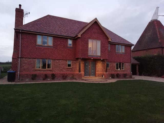 Detached large house, 15 min drive from sandwich