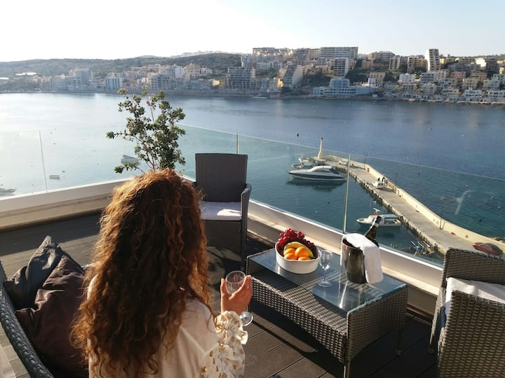 Luxurious studio penthouse on a panoramic harbour