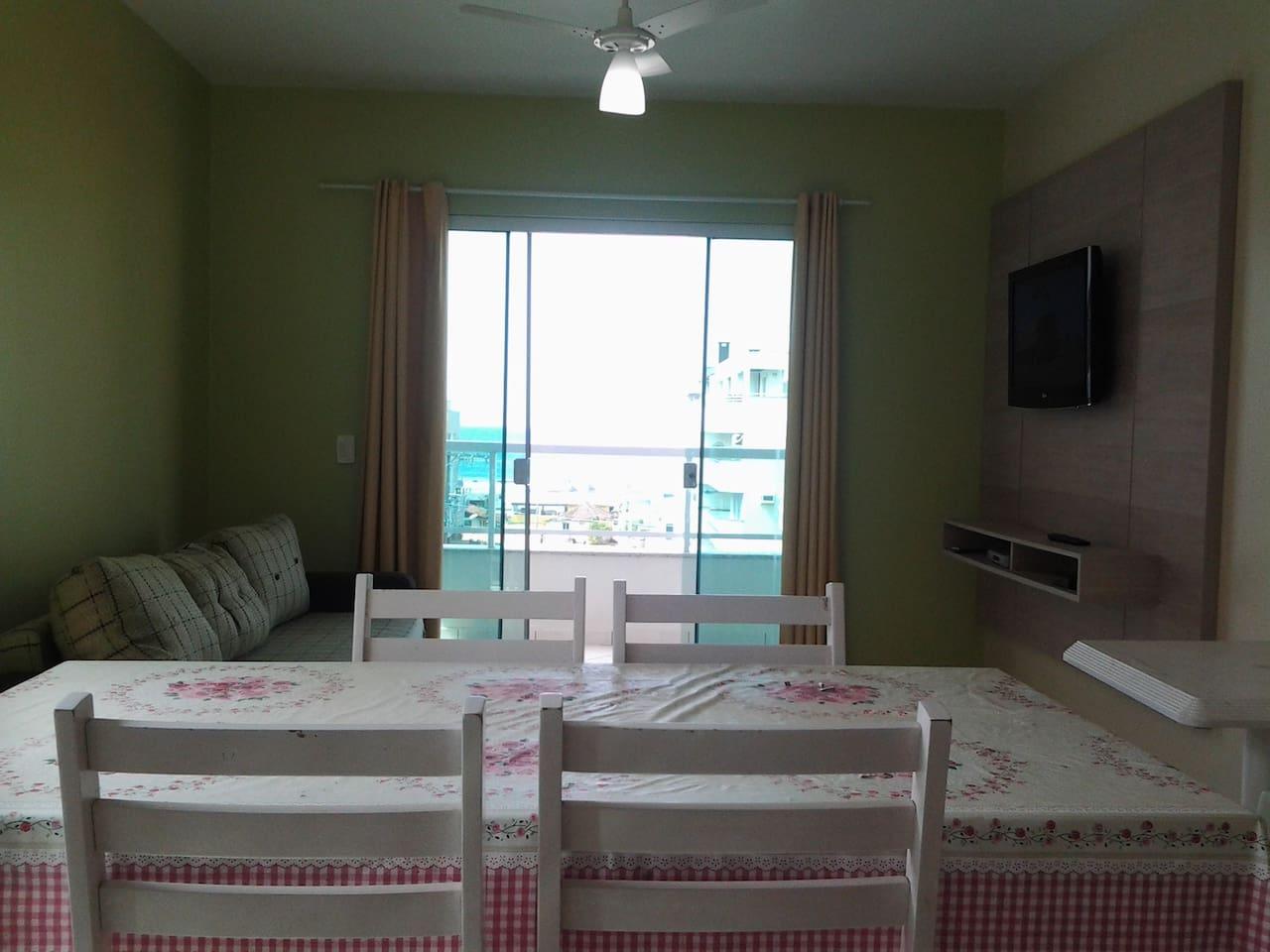Apartamento em Bombas, bem localizado fica aproximadamente 100 metros da Praia, Sacada com vista pro mar