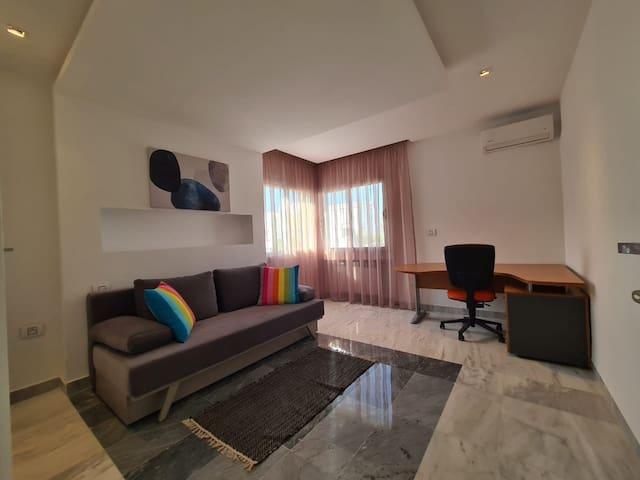 Chambre 4 avec un canapé lit 2 places et un bureau de travail