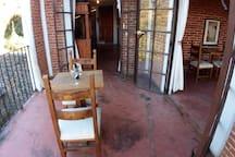 Terraza con vista a la estancia y suite