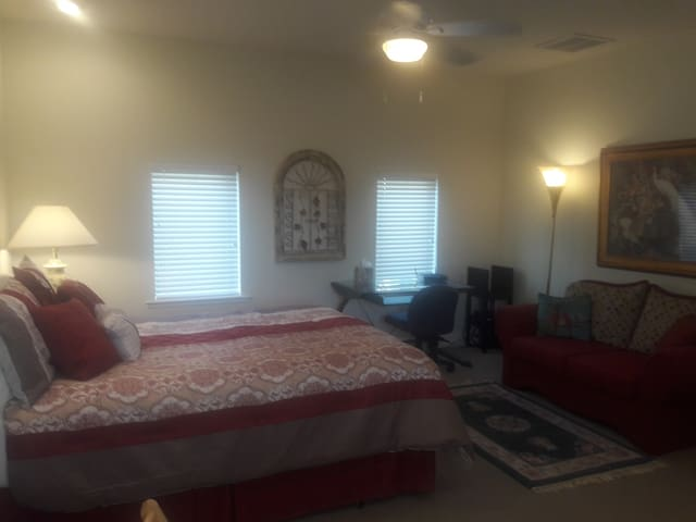 BEACH or BUSINESS ~ Luxury Studio ~ Private Entry - Clearwater - House