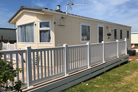 Modern 3 bedroomed static home on a quiet site,