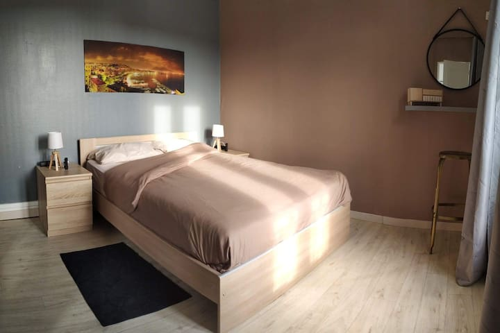 Chambre au 1ier étage Placard avec rangement. Un coin beauté.