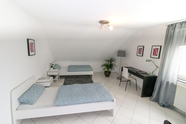 Schlafzimmer 1 / 2 Einzelbetten / Arbeitstisch mit Stuhl.