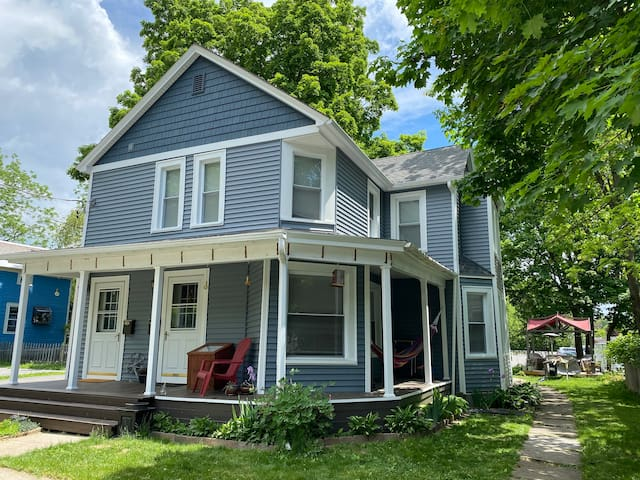 Renovated Victorian, Walk to Downtown