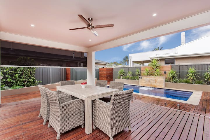 Luxurious beach pool henley beach adelaide houses for for Pool show adelaide