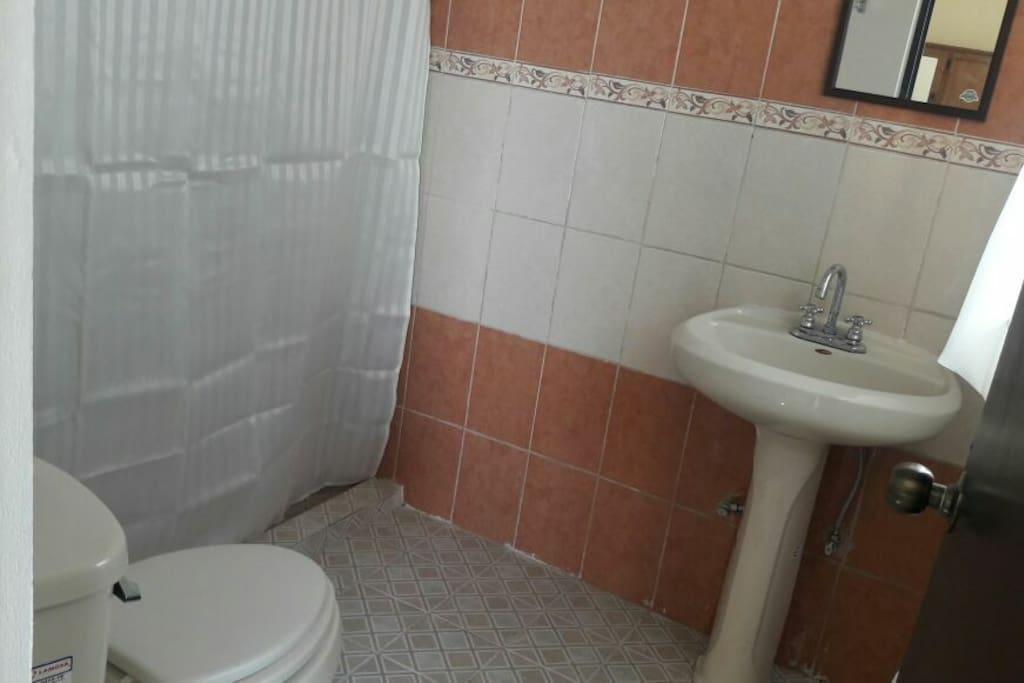 el baño es de gran tamaño