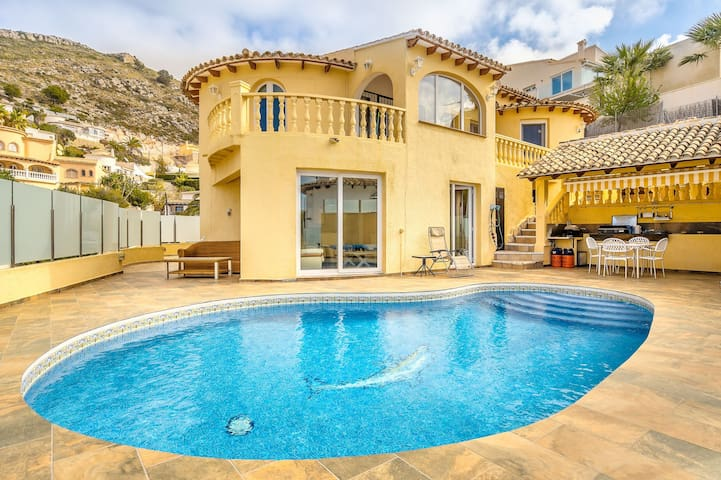 Lovely sea view villa w/ private pool, terrace & air conditioning!