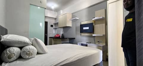 Exuisite Room with Water Heater Shower. Free Wifi and Netflix For My Beloved Guest, This Apartemen Has A Lounge, FoodCourt, Laundromat In The Front Of Lounge, Minimart (indomart), Coffeshop etc. Location nearby Juanda International Airport