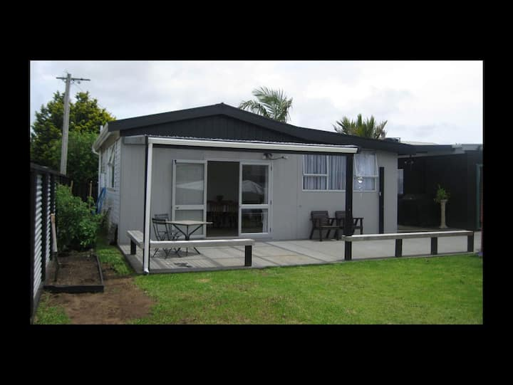 Whitianga Bach walk to town and amenities.