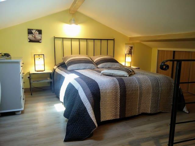 Chambre mansardée climatisée à l'étage scindée en 2 espaces.