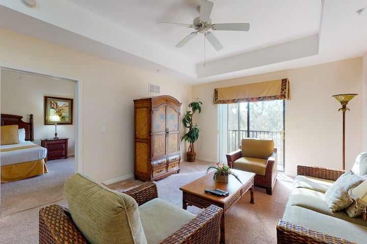 3rd floor condo w/ hot tub, sauna, balcony, gym, shared pools, near theme parks