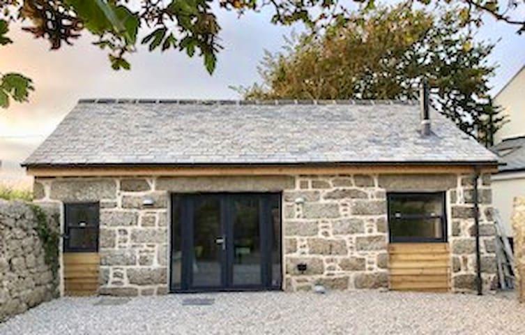 Cosy studio barn near Porthcurno & Lands End