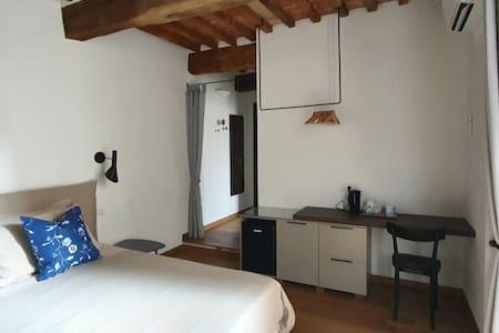 Ampia stanza Deluxe Hotel con aria condizionata, frigo bar, wifi, e cassaforte